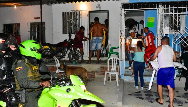 Miembros de la Policía y el Esmad recorren los distintos barrios para hacer cumplir el toque de queda.