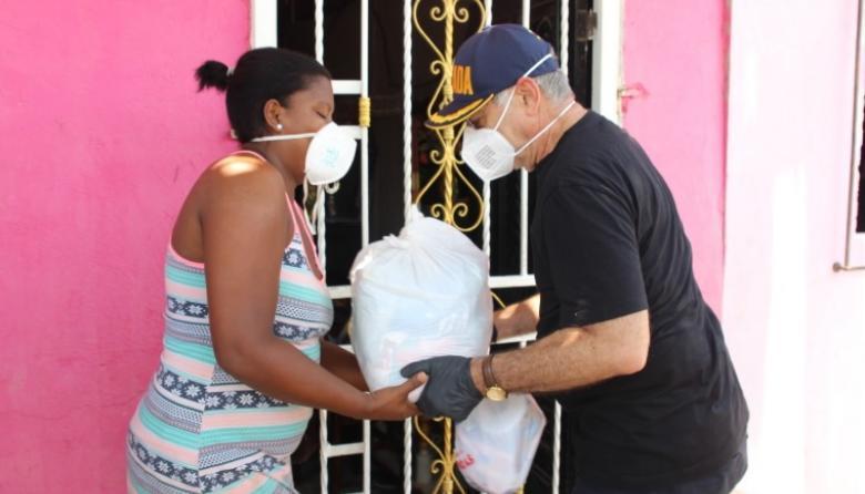 La Alcaldía de Cartagena ha entregado casa a casa 193.219 canastas básicas compuestas por mercados y  kits de aseo.