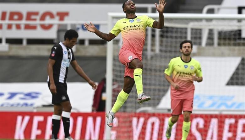Raheem Sterling celebrando el segundo gol del Manchester City.