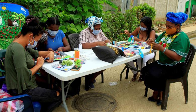Un grupo de mujeres elaboran las piezas que luego serán comercializadas.