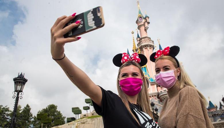 Disneyland París reabre tras la pandemia con mascarilla y con fe en el futuro