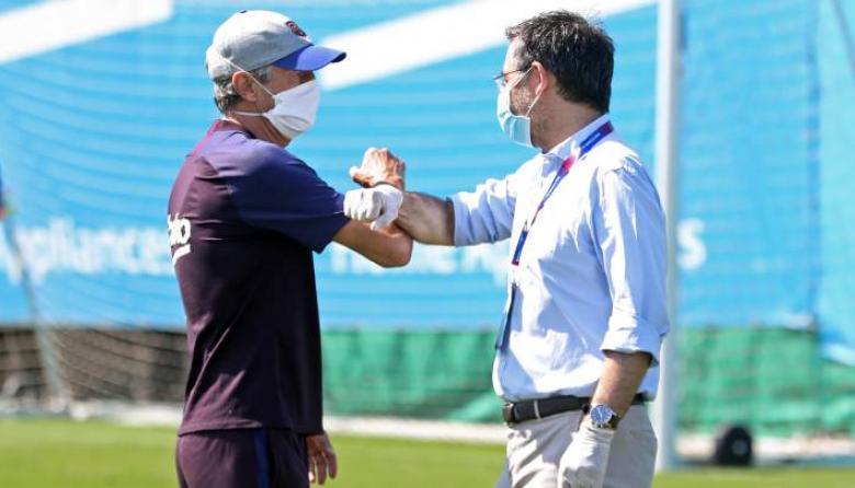 Setién y Bartomeu se saludan en un entrenamiento del FC Barcelona.