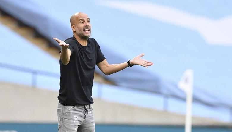 Pep Guardiola dando indicaciones a sus dirigidos en el duelo ante el Arsenal.