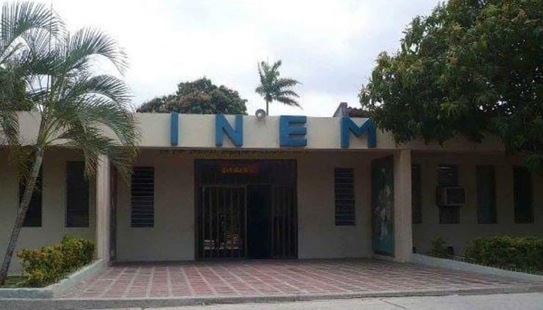 Fachada de una institución educativa.