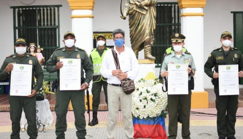 El alcalde de Turbaco, Guillermo Torres, el comandante de la Policía Metropolitana, general Henry Sanabria y otros miembros de la institución exaltados.