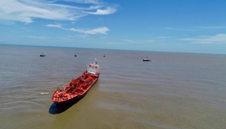 El buque Nordic Wolverine encallado en la zona de Bocas de Ceniza y los remolcadores que lo rescatarán.