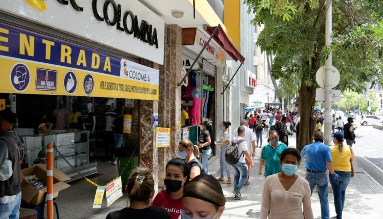 Decenas de personas se observaron este jueves en el Centro de Barranquilla tras la reapertura del comercio.