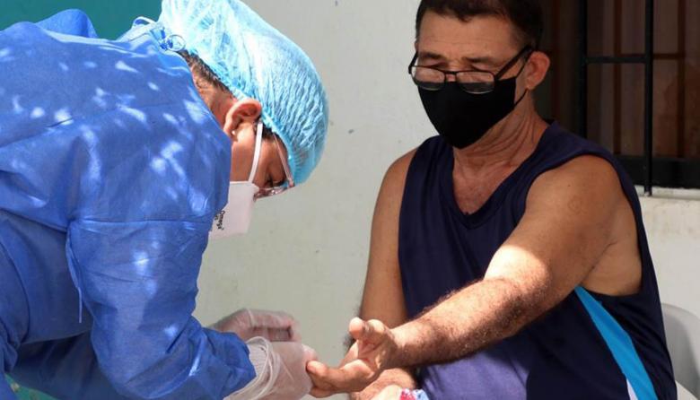 Una trabajadora sanitaria realiza una prueba de COVID-19, en Montería.