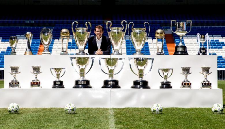 El mundo del fútbol homenajea a Iker Casillas el día que anuncia su retiro