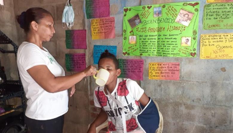 Oneida Campuzano no se le despega a su hijo Luis Fernando, víctima de una agresión brutal en Sincelejo.