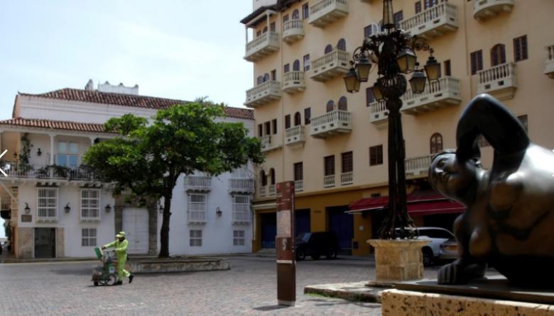 Una solitaria Plaza de Santo Domingo en Cartagena.