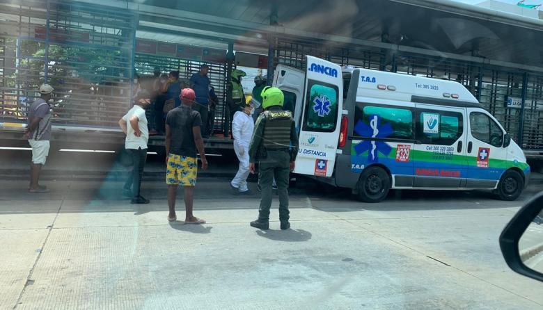 Hombre muere tras desplomarse en una estación de Transmetro