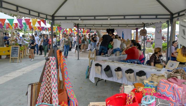 Durante una feria de emprendimiento local en la Plaza de la Paz.