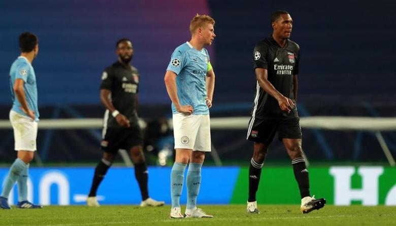 Kevin De Bruyne, capitán del Manchester City, se lamenta durante la derrota de su equipo.