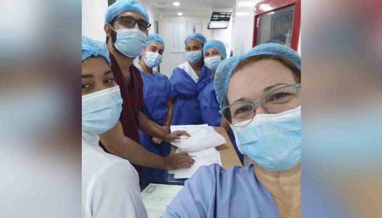 La intensivista Sandra Blanco con sus compañeros de la Clínica Cedes de Riohacha.