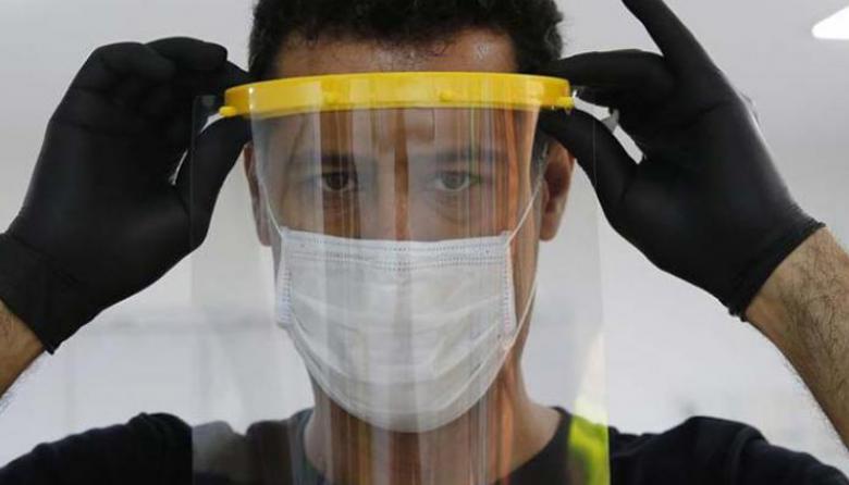Uso de protectores faciales, una de las medidas de bioseguridad en hoteles