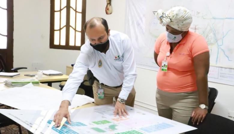 El gerente del Fondo de Vivienda de interés Social y Reforma Urbana Distrital, Néstor Castro Castañeda, y la primera dama, Cynthia Amador, en el encuentro de este miércoles.