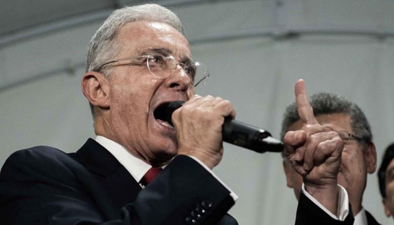 Renuncia de Uribe agudiza debate en Colombia con instituciones en el medio