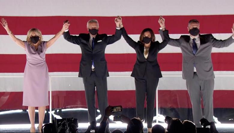 Joe Biden y Kamala Harris (centro) junto a sus parejas durante la finalización de la convención demócrata.