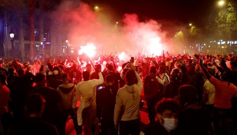 Hinchas del PSG se juntaron en las calles de París a ver la final ante Bayern Múnich.