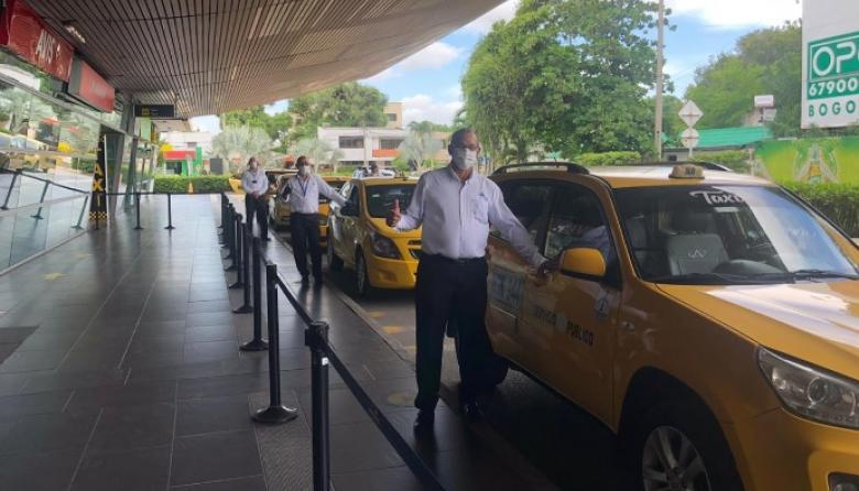Taxistas que participaron en el simulacro del servicio en el aeropuerto de Cartagena.