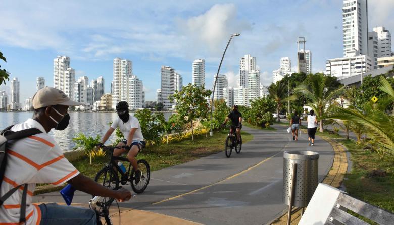 Varias personas realizan actividad física en el paseo peatonal en el sector turístico de Cartagena.