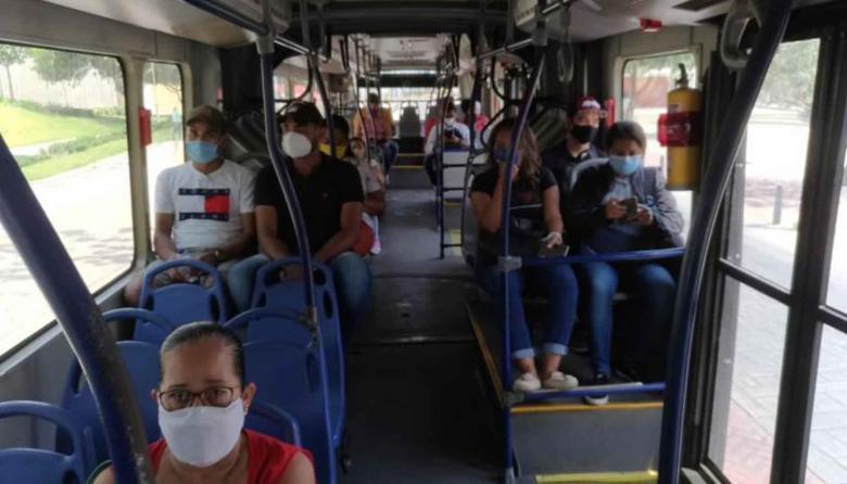 Un grupo de ciudadanos se transporta en un bus de Transmetro.