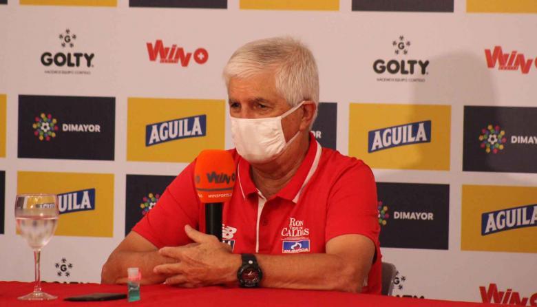 El DT Julio Comesaña durante la rueda de prensa pevia al duelo por la Superliga.