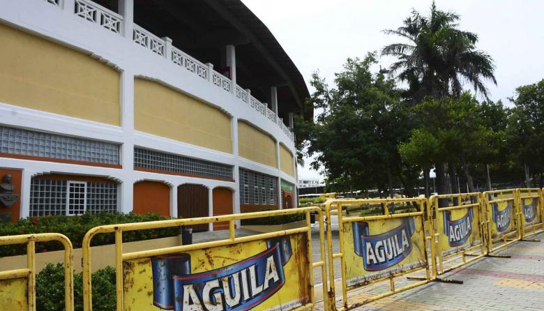 Decenas de vallas fueron acondicionadas en el exterior del estadio Romelio Martínez.