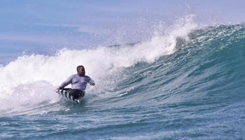 Em campeón mundial de surf adaptado, Fredy Marimón, en uno de sus entrenamientos.