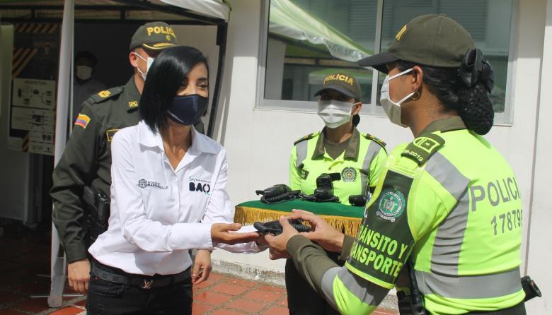 La secretaria de Tránsito y Seguridad Vial, Angélica Rodríguez, entrega uno de los equipos.