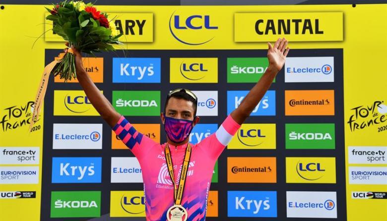 Daniel Martínez recibió el galardón como ganador de la etapa trece del Tour de Francia.