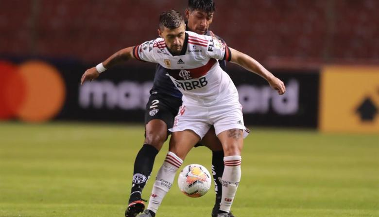 Giorgian De Arrascaeta, volante de Flamengo, disputa una pelota durante el duelo contra Ind. Del Valle.