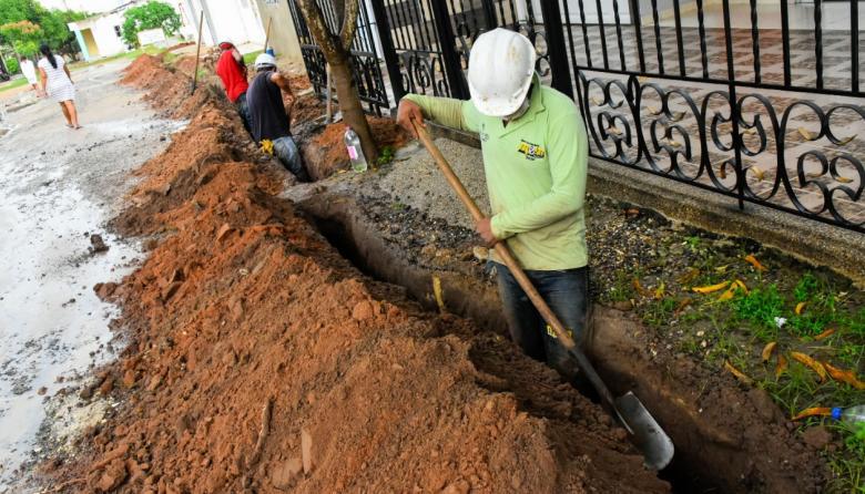 Operarios de Gases del Caribe realizan trabajos de instalación de las redes de conducción del servicio en el municipio de Sabanalarga.