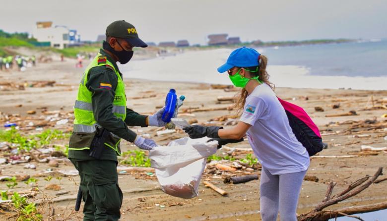 Con estrategia 'Plogging' acompañan la reapertura de playas en el Atlántico