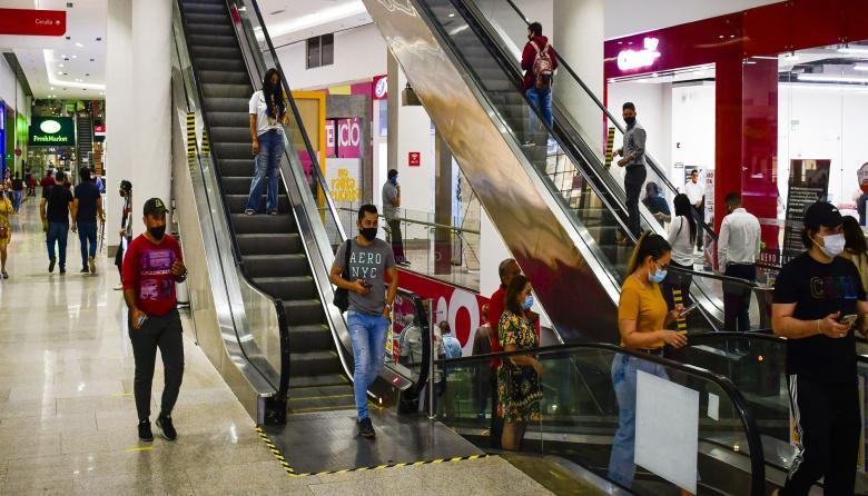 Un grupo de personas camina por los pasillos de un centro comercial, ubicado en el norte de la ciudad.