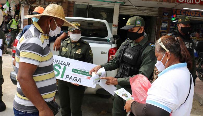 Uniformados del Gaula de la Policía hacen trabajo preventivo en Baranoa.