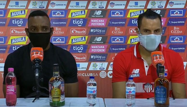 Sebastián Viera, en rueda de prensa, junto al técnico Luis Amaranto Perea.