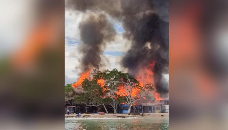 En video | Voraz incendio consume varios quioscos en Playa Blanca