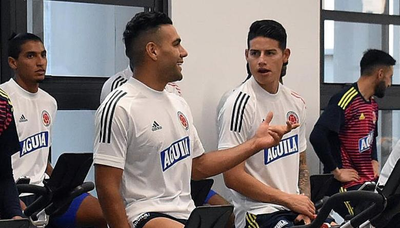 Radamel Falcao García conversando con James Rodríguez.
