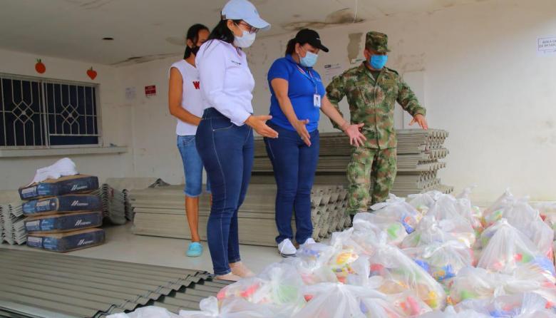 Funcionarios de la Gobernación entregan ayudas a los damnificados.