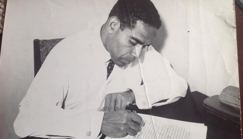 Manuel Zapata Olivella  ejerciendo como médico en 1950 después de egresar de la Universidad Nacional.