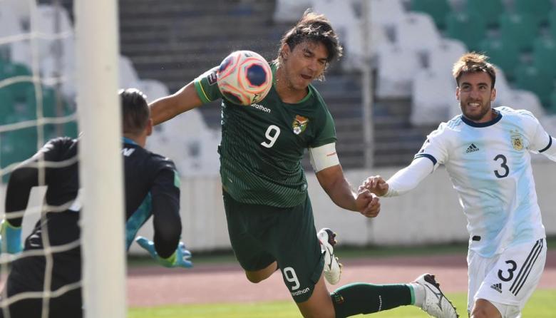 Marcelo Martins saca un cabezazo frente al arco de Argentina.