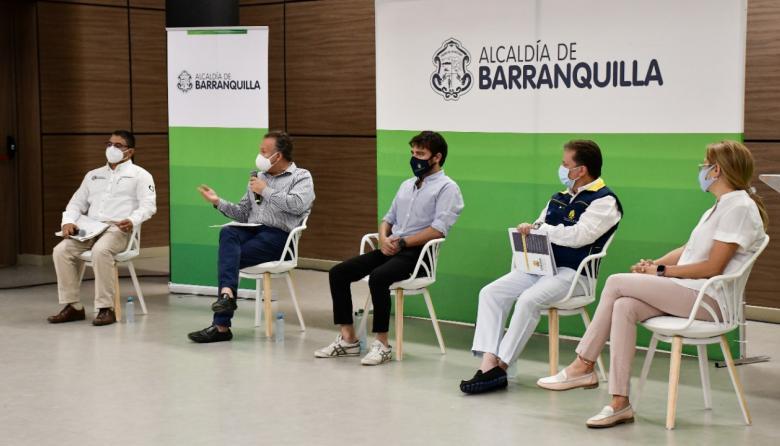 De izq a der, Humberto Mendoza, secretario de Salud distrital; Luis Moscoso, viceministro de Salud; Jaime Pumarejo, alcalde de Barranquilla, y Alma Solano, secretaria de Salud departamental, durante el evento en el Puerta de Oro.