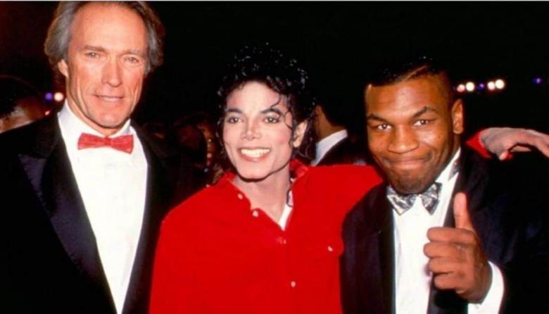 Mike Tyson, al lado de Michael Jackson luego de uno de sus conciertos.