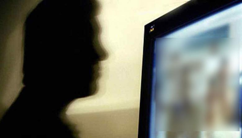 Mujer obligaba a sus dos niñas a grabar videos pornográficos