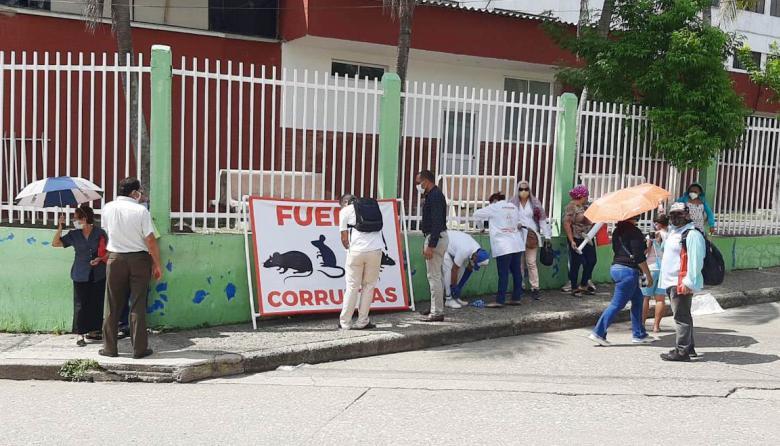 Exempleados del HUS realizan protesta para exigir sus pagos
