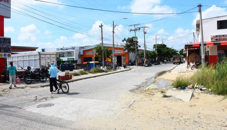 Lugar del barrio La Pradera en donde la mujer se lanzó del bus la noche del lunes.
