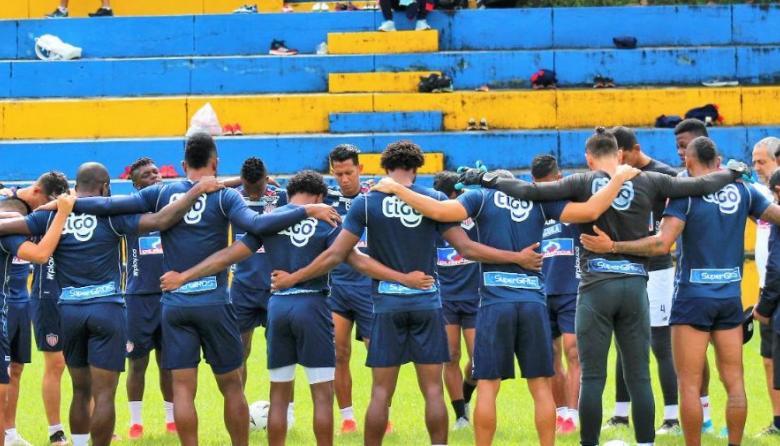 La oración del grupo de jugadores antes de iniciar el entrenamiento de ayer en Armenia, donde se encuentra el equipo desde el viernes.