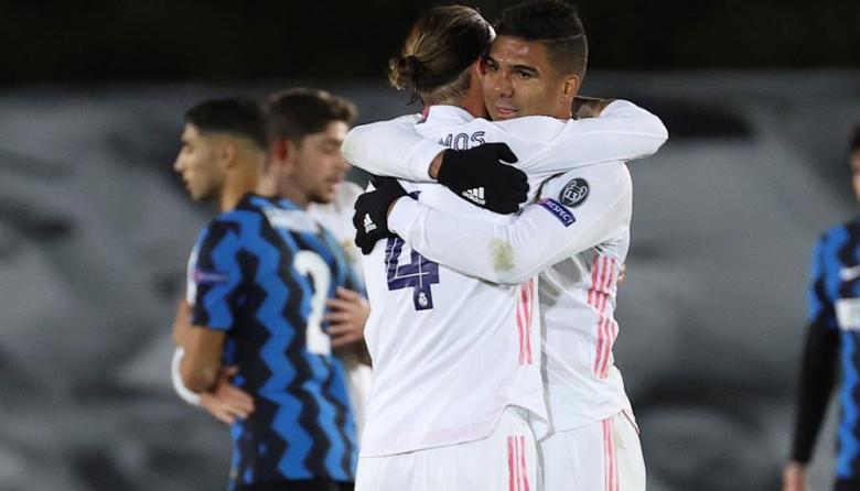 Casemiro, uno de los contagiados, se abraza con el capitán Sergio Ramos.